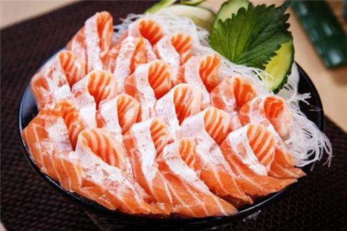 虹鱒做刺身 貌似三文魚