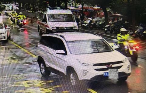 """暴雨中救护车被堵 交警""""铁骑""""开道15分钟安全送达"""
