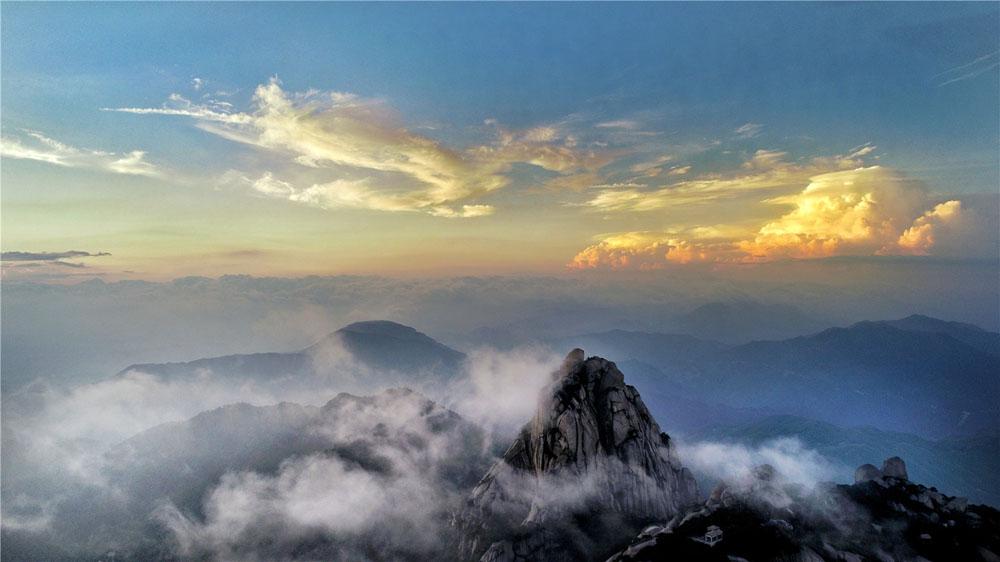 航拍:天柱一峰云霞断 疑是山中别有天