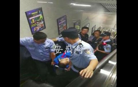 合肥:男子地鐵站內摔昏 輔警及時伸援手