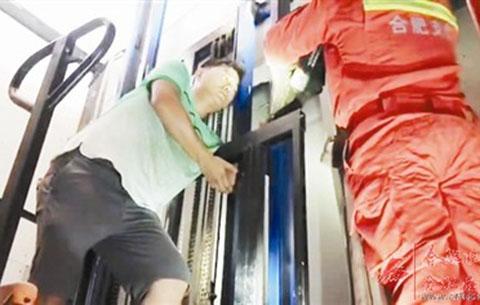 男子手臂被卡貨梯 消防官兵成功營救