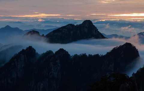 黄山:山峦如黛映朝阳 云遮雾绕美如画