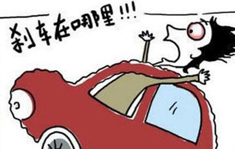 打个喷嚏 车撞上路灯又自燃 车辆失控应怎么做?