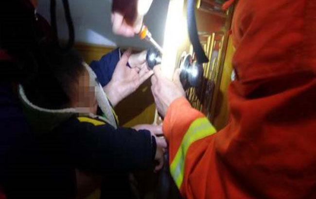 小孩手指被卡 消防帮忙脱险