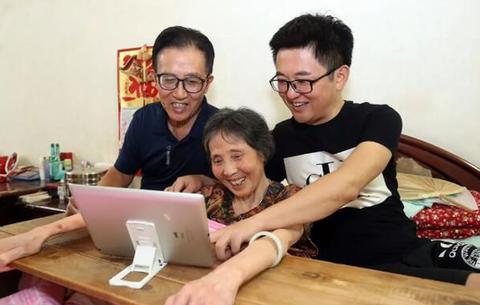 """用爱浇灌""""心中的玫瑰花"""" 71岁老人不离不弃照顾病妻43年"""