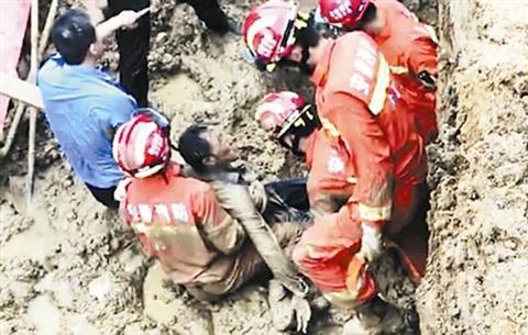 工地塌方男子被埋淤泥中 消防队员徒手挖掘终救出