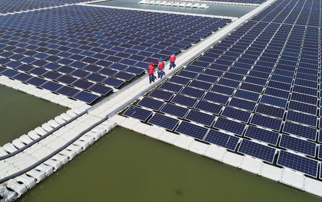 航拍:天長首個水上漂浮式光伏電站建成發電