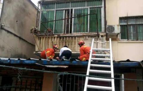 合肥一女子不慎从五楼摔下 消防队员架梯救人
