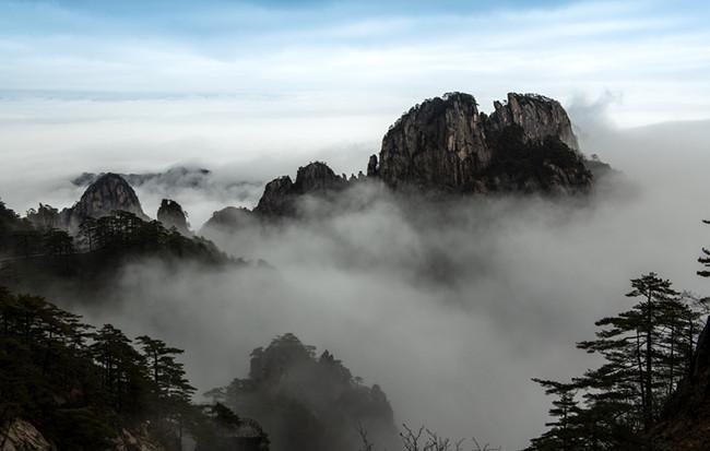 雲海波瀾峰作島 水墨妙筆寫黃山