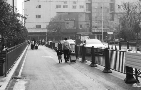 行人車流中穿行 車輛路邊忙拉人