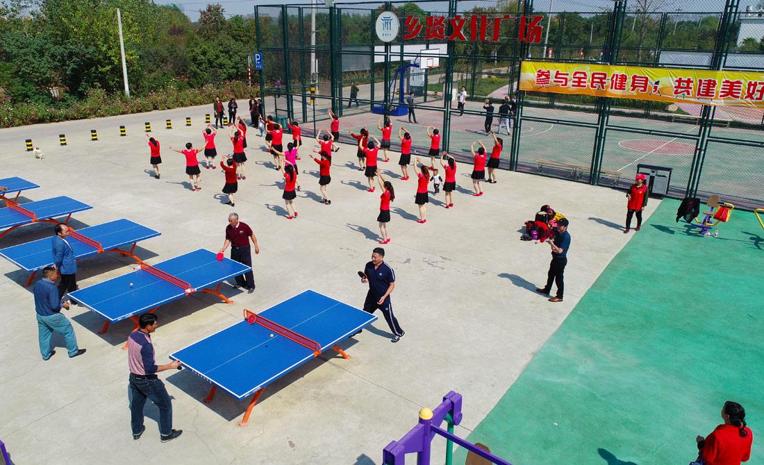 居(ji)民在謝塘鄉賢文化(hua)廣場上快樂運動