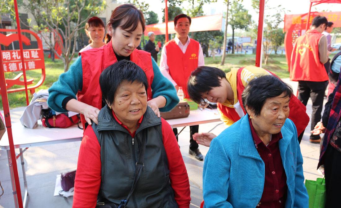 志願(yuan)者給派河社區的老(lao)人按摩