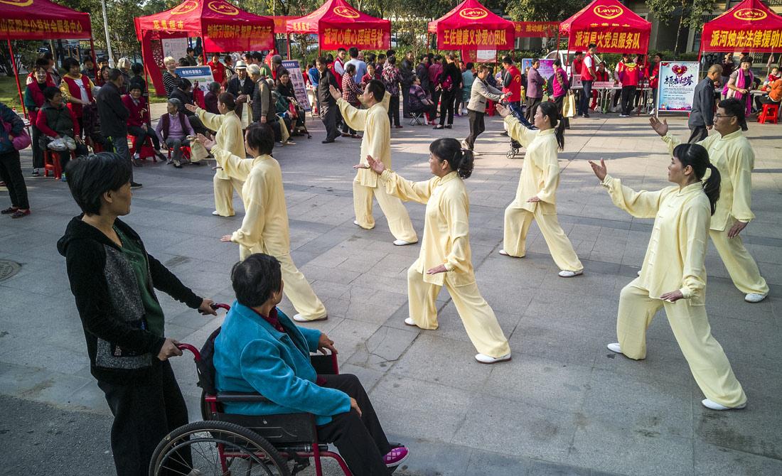 派河社區正在練習太極拳(quan)的居(ji)民