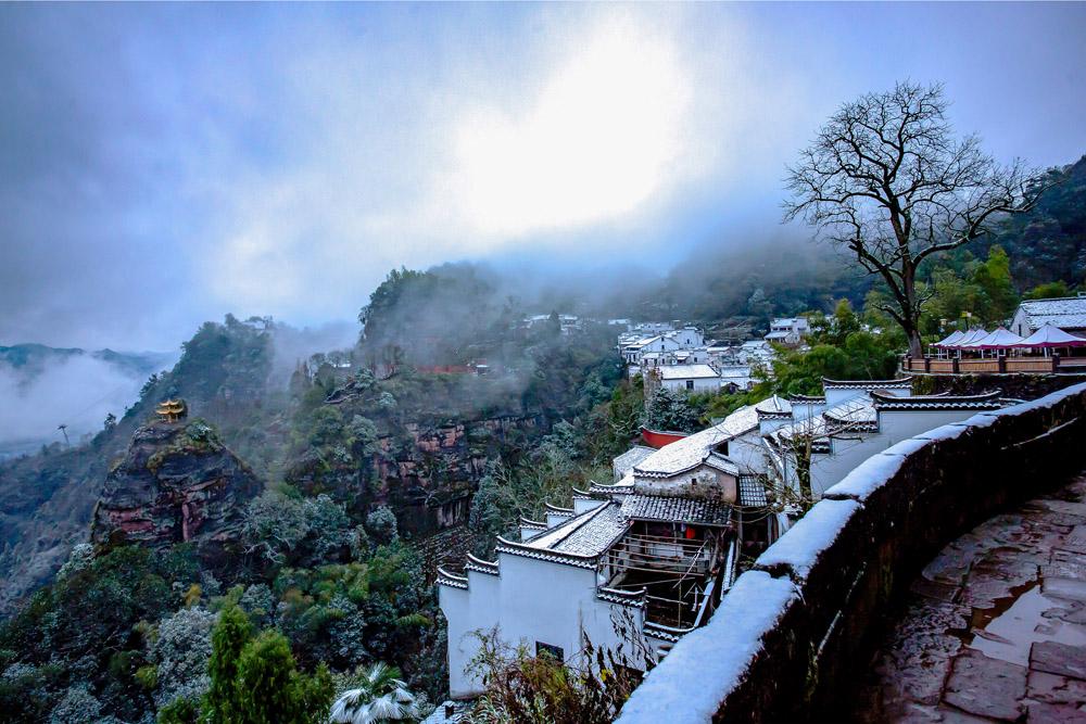 白岳齊雲絕 天街踏雪來