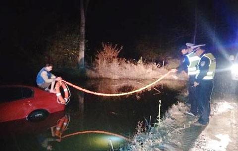 駕車衝入水塘 民警雪夜救援