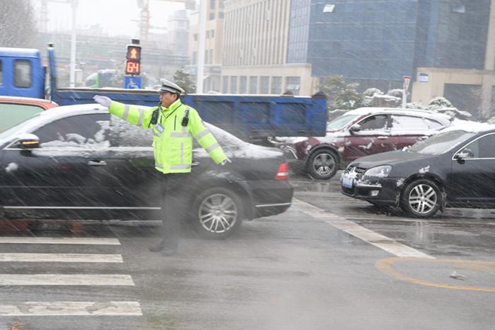 巢湖交警打響雪天保障道路交通安全保衛戰