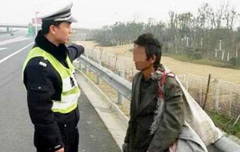 民警高速路上救助流浪漢