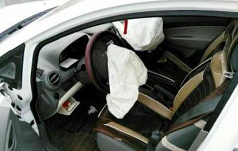 駕車時低頭看導航 撞上護欄損失慘重