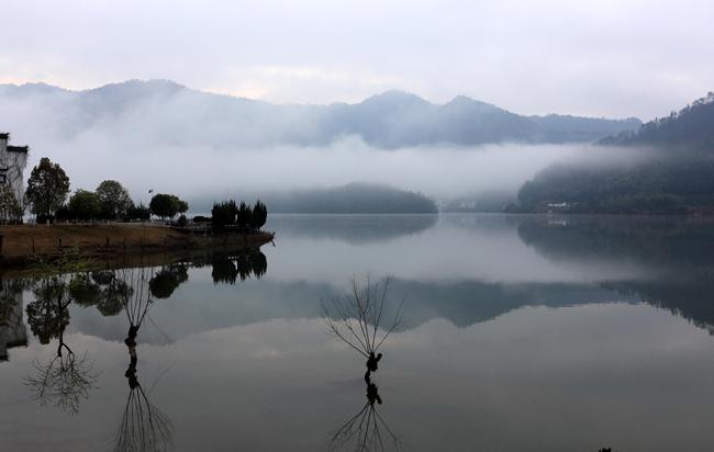 鏡湖收煙雲 青山如展畫