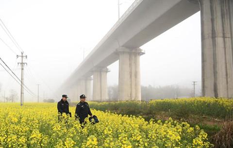 新老民警共護合福高鐵線