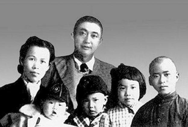 父親是一個偉大的人,很了不起,為了國家和民族犧牲自己的一切,同時他又是一個很普通的人。
