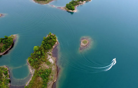 航拍:恰似飛燕入平湖