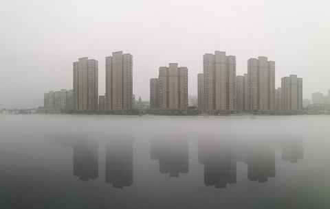 雨後梅山霧朦朧 半山半水掩新城