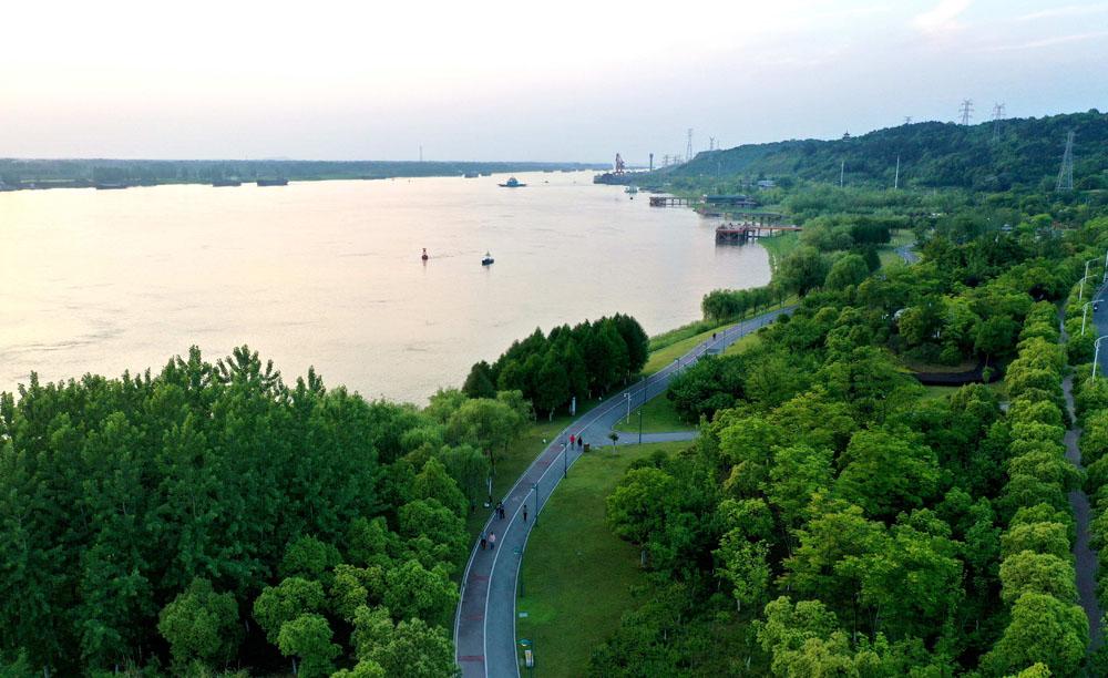 航拍:水清岸綠景如畫