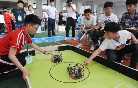 安徽阜陽:比拼機器人 少年顯身手