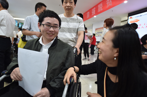 """一位殘疾大學生招聘會上的""""愛心之旅"""""""