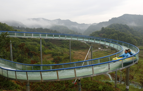 落差百米!高空玻璃水滑道在黃山黟縣開漂