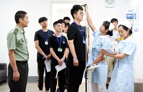 安徽銅陵:應徵入伍大學生參加徵兵體檢