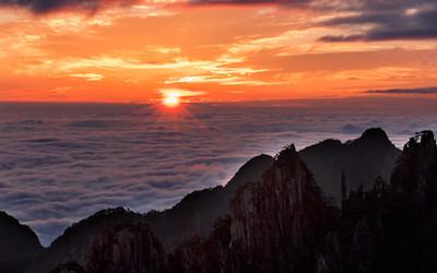 日出山海闊 峰立雲濤涌