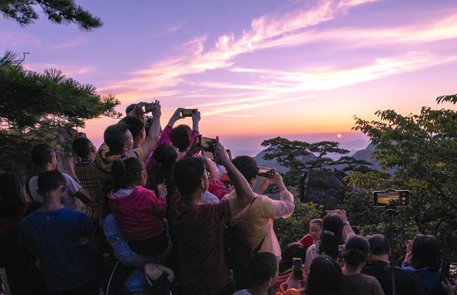 安徽黃山:守得雲開見日出