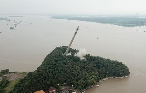 長江皖中大跨越輸電塔實施爆破