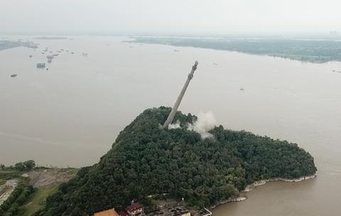 震撼!長江皖中大跨越輸電塔實施爆破