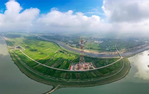 航拍:千裏淮河最高跨越塔成功封頂