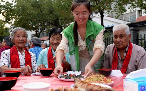 合肥:社區裏的敬老宴