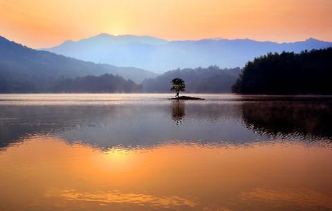 安徽黃山:晨曦初露映湖山