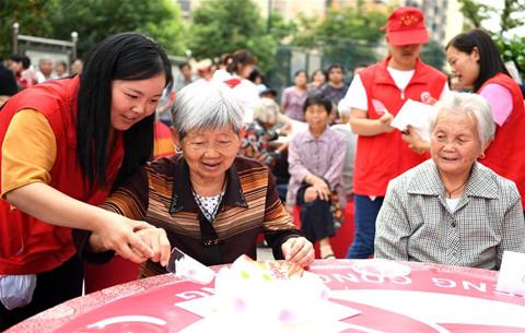 合肥:愛心志願者為老人舉辦集體生日會