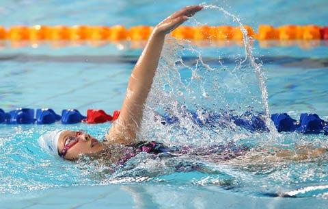 安徽:千名泳將逐浪黃山