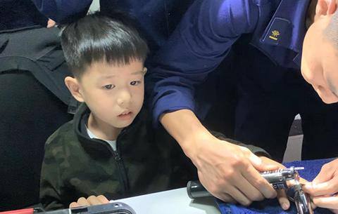 """5歲""""熊孩子""""手指被卡 一句話把消防員逗樂"""