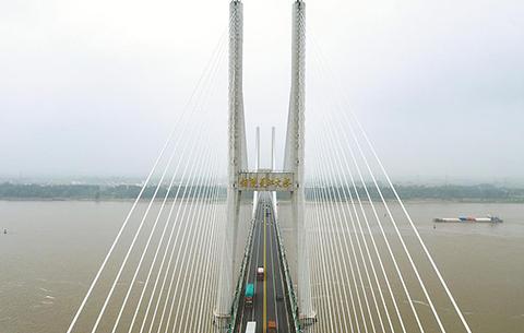 大橋跨南北 天塹變通途
