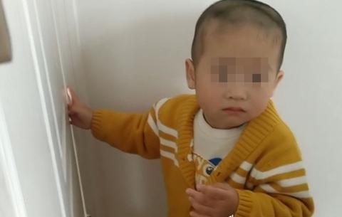 一歲半小孩手指被卡門縫 消防員擴張救援
