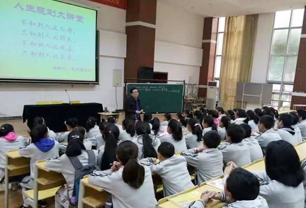 堅持以'教育扶貧'為目標,繼續辦好彝族'失依少年'愛心班。