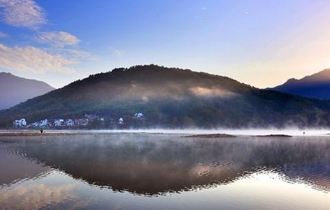湖山遠近色 水墨盡攬秋