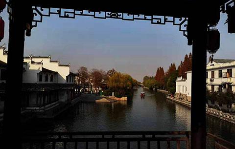 黛瓦粉墻旁綠柳 鵲渚廊橋泛漁舟