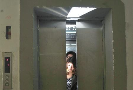 喬遷新居卻遭遇電梯驚魂 消防緊急破拆救援
