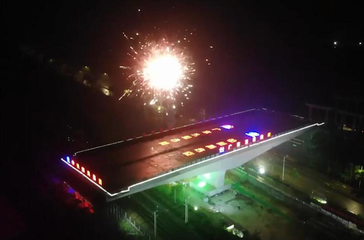 航拍:國內最大最重跨公鐵雙線轉體橋成功轉體