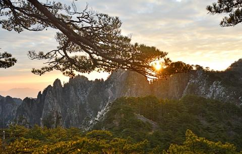 黃山之巔迎來新年第一縷陽光